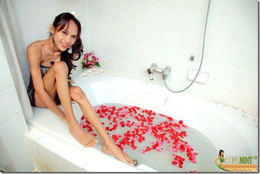 Hot bath with Thai ladyboy Long Mint